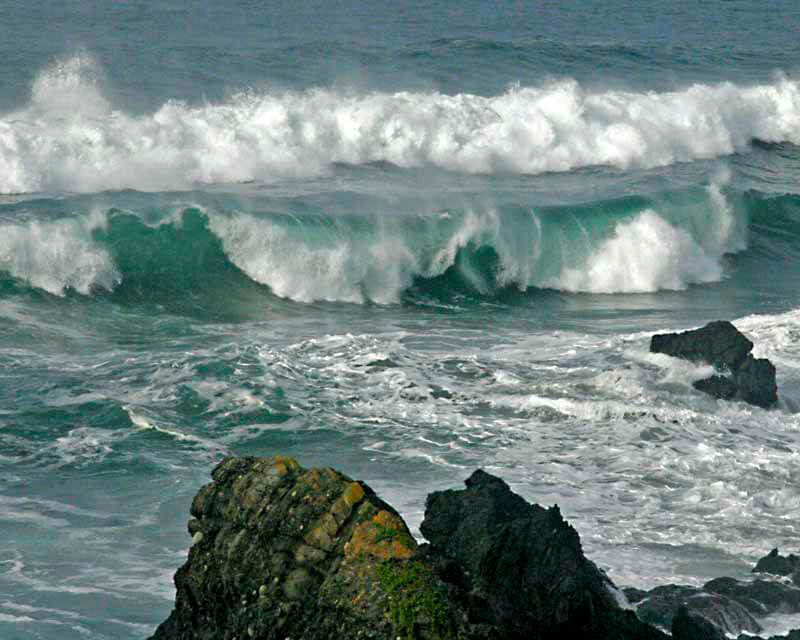 Waves breaking close to rocks